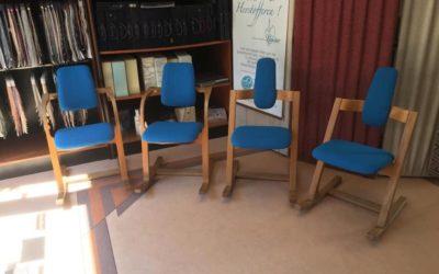 Diverse Stokke stoelen geherstoffeerd.